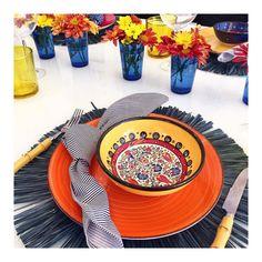 Hora do almoço!  Tem post quentinho no blog dessa mesa descontraída e colorida  #olioliteam #mesahits #mesaposta #lardocemesa #decor #homedecor #mood #ootd #love #designlovers #designlifestyle #lifestyle #tabledecor #tabledesigner