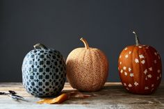A Spiffy, Fabric-Covered Pumpkin That Might Outdo the Jack-o'-Lantern Fun Diy Crafts, Fall Crafts, Crafts For Kids, Halloween Pumpkins, Fall Halloween, Halloween Ideas, Halloween Crafts, Halloween Party, Fabric Pumpkins