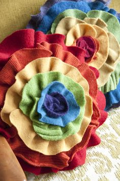 flower pillows - need to figure out how to make them Cute Pillows, Colorful Pillows, Diy Craft Projects, Diy Crafts, Diy Ideas, Craft Ideas, Flower Pillow, Project 365, Flower Crafts
