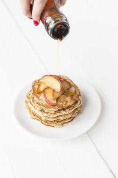 boekweitpannenkoek Ingrediënten voor 12 st. 100 gr boekweitmeel 180 ml (plantaardige) melk 1 ei 1 tl bakpoeder 1 appel 1 tl kaneel Snuf zout Olijfolie