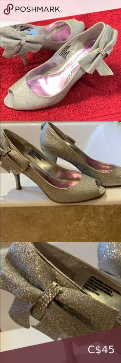Shop Women's Roberto Vanni Silver size 7 Heels at a discounted price at Poshmark. Description: Silver size 7 ladies high heels with bow detail on the outside by Roberto Vianni. Silver Shoes, Black Shoes, Foot Stretches, Shoe Boots, Shoes Heels, Shoe Art, Buy Shoes, Ankle Straps, Womens High Heels