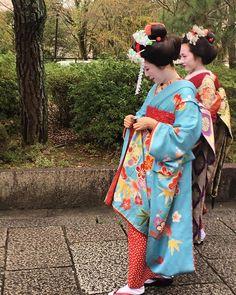 Geishas ❤️💙#kyoto #geisha #maiko #beauty #outfitoftheday #outfitpost #parisfashionvintage #vintageshop #japan #japanese #lovejapan #fashion #fashionblogger #fashionweek #fashionista #fashiondesigner #fashionstyle #fashionstylist #inspiration #instagood #instamood #instagram #instadaily #instafashion
