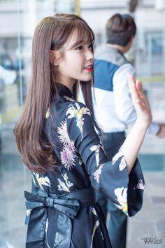 Do you prefer long hair IU? Airport Style, Airport Fashion, Korean Actresses, Korean Music, Korean Beauty, Pop Fashion, Korean Singer, Kpop Girls, My Girl