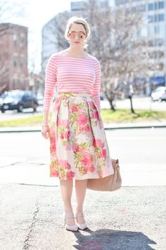 The key to mixing prints? Keep one color consistent throughout your look. Via A Lacey Perspective. Learn how to dress your body shape and find your true style while helping women in need at Styletruist.com!