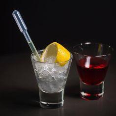 Sazerac, Rye, Peychaud's e Absinto.  Foto: @pedro.karg  #ipo #ipobar #ipobarismo #vilaipojuca #ipojuca #barsp #bar #coquetel #coqueteis #coquetelariabrasileira #drink #drinks #sazerac #rye #whiskeydecenteio #absinto #lafee #bitter #peychauds #night #noite #sexta #friday #feitocomamor #honestandtrue #vemquetem