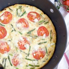 This Asparagus, Tomato and Goat Cheese Frittata is perfect for spring brunch, breakfast, lunch or even dinner! Best Frittata Recipe, Frittata Recipes, Healthy Food Options, Healthy Recipes, Keto Recipes, Cheese Hashbrown Potatoes, Mashed Potatoes, Cheddar, Quiche