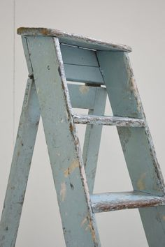 vintage - Decorating Your Home in an Eclectic Style Vintage Ladder, Antique Ladder, Old Ladder, Vintage Decor, Painting Wooden Furniture, Furniture Near Me, Diy Garden Furniture, Antique Furniture, Old Wooden Ladders