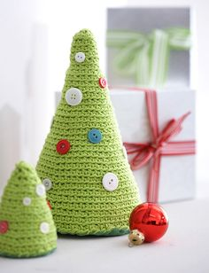 Little crocheted christmas trees on http://jolietricot.com/christmas-projects/