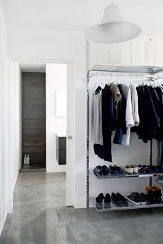 Walk in closet in connection with the bathroom. The system is from IKEA. Begehbarer Kleiderschrank in Verbindung mit dem Badezimmer. Bathroom Closet, Closet Bedroom, Closet Space, Open Bathroom, Walk In Wardrobe, Walk In Closet, Wardrobe Ideas, Wardrobe Solutions, Closet Ideas