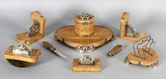 Ausgefallene Schreibtischgarnitur, Art-Déco Juwelier Fr. Kraemer, Saarbrücken 1930er Jahre aus Holz, mit Birkenwurzel furniert (wohl karelische Birke), Zierteile, Füße, Griffe etc. aus 900er Silber teilweise besetzt mit Malachitcabochons, bestehend aus Schreibschale mit Tintenfass (Glaseinsatz vorhanden), Löschwiege, Briefständer, Papierbeschwerer, Brieföffner, Petschaft und einem Paar Buchstützen, alle Teile auf Silber gepunzt: Reichstempel, 900, Handarbeit, Fr. Kraemer und Firmensignet