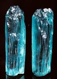 Turmalina da Paraíba (credits to the owner) Minerals And Gemstones, Rocks And Minerals, Beautiful Rocks, Mineral Stone, Rocks And Gems, Stones And Crystals, Gem Stones, Geology, Aquamarines