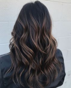color caramelo 60 Hairstyles Featuring Dark Brown Hair with Highlights Highlights For Dark Brown Hair, Brown Hair Balayage, Light Brown Hair, Ombre Hair, Dark Hair With Lowlights, Black Highlighted Hair, Black Hair With Blonde Highlights, Fall Highlights, Blonde Honey