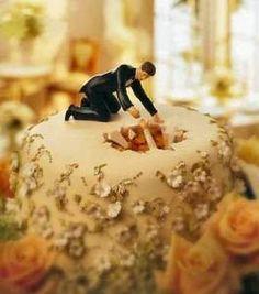 Jeje esta tarta de #boda es muy graciosa! / This 'accident prone bride' #wedding cake is so funny! #bodas #tartas