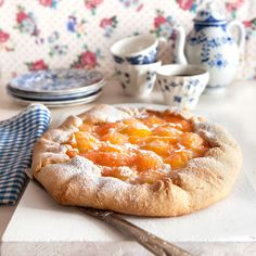 En på samma gång ljuvligt söt och lantligt rustik galette fylld med härliga aprikoser.