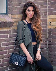Look street style com calça de cintura alta + halter top.