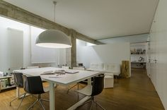 Ideas de #Estudio, estilo #Contemporaneo color  #Marron,  #Blanco,  #Gris, diseñado por ADDEC arquitectos  #CajonDeIdeas