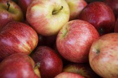 """Escolha a maçã pelo aspecto e pelo peso. Você também pode fazer """"toc toc"""" no nózinho dela. Se sair um som meio abafado, ela está madura. Um som """"mais metálico"""" indica que ainda está verde."""