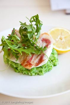 Cod with pancetta and pea puree. Simple and tasty - Cod with pancetta and pea puree simoneskitchen. Fish Recipes, Seafood Recipes, Cooking Recipes, Healthy Recipes, What's Cooking, Tapas, Mezze, Xmas Food, Happy Foods