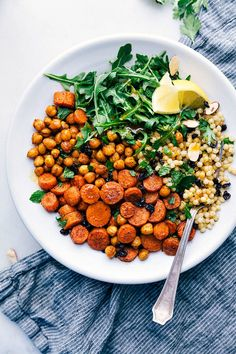 This Moroccan Carrot Salad is packed with flavor and healthy ingredients. From the roasted seasoned carrots and chickpeas to the garlicky couscous and citrus dressing every bite is a treat! Roasted Carrot Salad, Carrot Salad Recipes, Healthy Salad Recipes, Veggie Recipes, Vegetarian Recipes, Dinner Recipes, Roasted Carrots, Autumn Recipes Healthy, Vegetarian Dinners