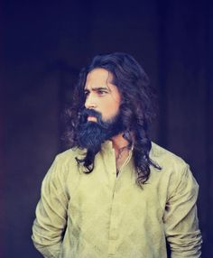 It is often difficult to pull of any romantic look when you have curly hair. Thus here are the two looks that will not let you down. Long Hair Beard, Curly Hair Men, Mens Fashion 2018, Mens Fashion Blog, Fashion Trends, Women's Fashion, Hairstyles Haircuts, Haircuts For Men, Hair And Beard Styles