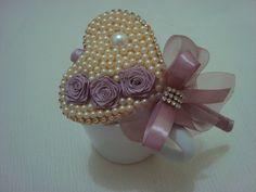 Tiara encapada em fita rosa chá com lindo coração em pérola e laço de fita em organza com detalhes em strass muito charmosa. Então princesa encomende já a sua. R$ 29,90