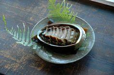 いちばん丁寧な和食レシピサイト、白ごはん.comの『蒸しあわび・あわびの酒蒸しの作り方』を紹介するレシピページです。あわびは蒸すとねっとり柔らかく、しかも旨みを閉じ込め、最高の酒の肴となります!蒸すだけでできる簡単おもてなし&おせち料理です。 Caprese Salad Skewers, Japanese Food, Japanese Recipes, Sashimi, Food Presentation, Seafood, Drink, Kitchens, Sea Food