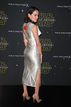 Beautiful Daisy Ridley is hot Hollywood actress, young and sexy celebrity from England. She is best known for her role in Star Wars: The Force Awakens. Daisy Ridley Hot, Daisy Ridley Star Wars, Happy 25th Birthday, Split Legs, Max Factor, English Actresses, Bikini Pictures, Celebs, Belle