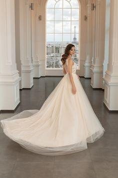 O rochie de mireasa comoda si confortabila insa careia nu ii lipseste delicatetea si senzualitatea, fiind o rochie cu decolteu adanc si cu trena ce va captiva atentia si privirile tuturor. Wedding Dresses, Fashion, Bridal Dresses, Moda, Bridal Gowns, Wedding Dressses, Weeding Dresses, Wedding Dress, Fasion