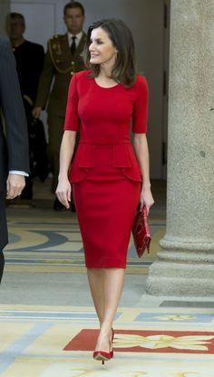 Królowa Letizia od stóp do głów w czerwieni Lovely Dresses, Stylish Dresses, Elegant Dresses, Casual Dresses, Dresses For Work, Dresses With Sleeves, Classy Work Outfits, Office Outfits, Classy Dress