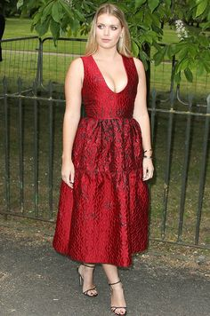 Lady Kitty Spencer is descended from British nobility. She also happens to be super stylish. See the budding model and style star's best outfits. Royal Fashion, Star Fashion, Women's Fashion, Princess Diana Niece, Prince Harry Wedding, Kitty Spencer, Office Outfits Women, Lady Kitty, Catwoman