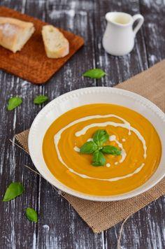 Jednoduchá dýňová polévkaPorcí 4sametově sytá dýňová polévka s jemnou chutí zázvoruOhodnoťteUložit receptVytisknoutDoba přípravy20 minDoba vaření25 minCelková doba45 minSuroviny 1 větší hokaido dýně (1 kg bez vnitřku) 20 g másla 2 šalotky, nadrobno nakrájené 3 stroužky česneku 2 cm zázvoru 700 ml zeleninového vývaru 1/2 lžičky muškátového oříšku sůl, pepř 250 ml smetany hrst bazalky na ozdobuPostup přípravy Dý Thai Red Curry, Baking Recipes, Grilling, Food And Drink, Vegetarian, Restaurant, Ethnic Recipes, Halloween, Fine Dining