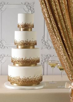 Pastel de bodas combinado en blanco y dorado