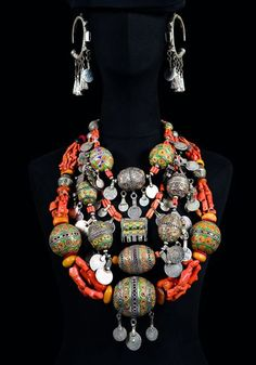 Passionate about the beauty of Moroccan Berber Jewelry & Traditional Handmades: Necklaces, Rings, Bangles, Earrings and all AMAZIGH & African jewellery :) Coral Jewelry, Amber Jewelry, Hippie Jewelry, Ethnic Jewelry, Hippie Boho, Unusual Jewelry, Antique Jewelry, Moroccan Jewelry, Cowgirl Style