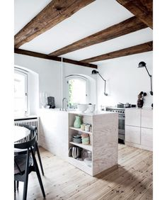 Robuust stulpje in Kopenhagen met speelse keuken