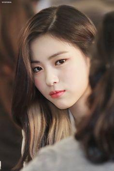 K-Pop Babe Pics – Photos of every single female singer in Korean Pop Music (K-Pop) Geisha, Korean Princess, K Pop, Fandom, Beauty Full Girl, Female Singers, Ulzzang Girl, New Girl, K Idols