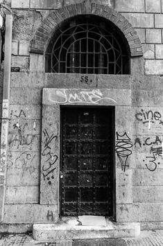 Στην καρδιά της Αθηνάς και συγκεκριμένα στην οδό Ακαδημίας, ένα δρόμο που διασχίζεται καθημερινά από χιλιάδες περαστικούς υπάρχει ανάμεσα σε πολλές μια πόρτα με ιδιαίτερη ιστορία. Ένα κτίριο αίνιγμα, μια μυστηριώδης είσοδος, όσο και η ιστορία που τη συνοδεύει. Πρόκειται για μια νεογοτθική στενή πρόσοψη, την οποία παλαιότερα κοσμούσε ένας δράκος ως θυρεό. Σήμερα περνά σχεδόν απαρατήρητη. Home Decor, Decoration Home, Room Decor, Home Interior Design, Home Decoration, Interior Design