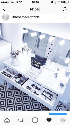 Perfect Idea Room Decoration Get it . - Bench with dressing room mirror 😍 Beautiful inspiration from a clean bedroom. Makeup Table With Mirror, Makeup Table Vanity, Vanity Room, Table Mirror, Vanity Ideas, Clean Bedroom, Closet Bedroom, Decoration Inspiration, Room Inspiration