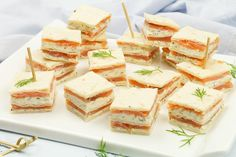 Mini sandwiches with smoked salmon and herb cheese - High tea - Sandwich Mini Sandwiches, Bruchetta Recipe, Pan Relleno, Party Decoration, Snacks, Kraut, Afternoon Tea, Gourmet Recipes, Good Food