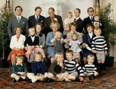 koningspaar: Dutch Royal Family 1976-standing: Jorge Guillermo, Prince Claus, Prince Bernhard, Prince Carlos-Hugo holding Princess Carolina and Pieter van Vollenhoven with Floris; seated-Princess Christina, Crown Princess Beatrix with Prince Carlos, Queen Juliana with Prince Jaime, Princess Irene with Princess Margarita and Princess Margriet with Prince Bernhard; seated-Prince Constantijn, Prince Friso, Prince Willem-Alexander, Prince Maurits, Prince Pieter