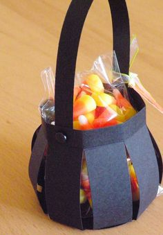 10 Easy DIY Halloween Treat Bags for Kids to take Trick o Treating - - Need the perfect bag to store all that candy? Check out these easy DIY Halloween Treat Bags for kids to make and take Trick o Treating with their friends! Diy Halloween Basket, Halloween Taschen, Halloween Treat Holders, Dulceros Halloween, Bonbon Halloween, Diy Halloween Treats, Halloween Candy Bags, Halloween Paper Crafts, Adornos Halloween