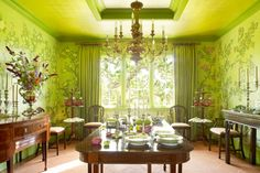 Los Angeles–based designer Suzanne Rheinstein enrobed the dining room of a traditionally decorated home in Northern California's Marin County with an Asian-feeling wallpaper, lacquering the ceiling in a coordinating color. Dining Room Table Decor, Dining Room Design, Traditional Dining Rooms, Hand Painted Wallpaper, Georgian Homes, Green Rooms, Orange Rooms, Elegant Dining, House Design