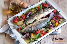 La spigola al forno con verdure è un'ottima variante al solito pesce cucinato con patate e pomodorini: questa volta è arricchito da gustose verdure arrosto, erbe aromatiche e olive taggiasche.