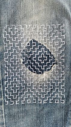 sashiko mending of denim jeans Hand Embroidery Designs, Embroidery Stitches, Embroidery Patterns, Embroidery Supplies, Art Patterns, Flower Embroidery, Embroidered Flowers, Shashiko Embroidery, Boro Stitching