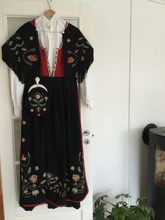 Rogalandsbunad m/sølv og skjorte   FINN.no Cute Designs, Traditional Dresses, Floral Tops, Kimono Top, Costumes, Norway, Ethnic, Clothes, Dolls