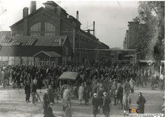 Het uitgaan van de Philips glasfabriek aan de Glaslaan Auteur: Fotopersbureau Het Zuiden - 1925 - 1935