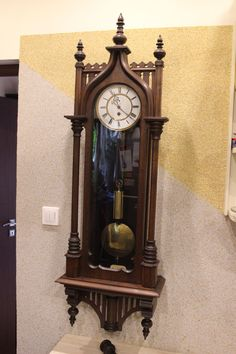 Ciekawy zegar wiszący Furderer Jaegler & Cie