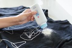 O talco funcionará como uma esponja, absorvendo a gordura e limpando suas roupas.