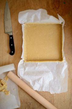 Pâte à tarte purée d'amandes et farine de coco 120g de farine de riz demi-complète (ma vie sans gluten) – 30g de farine de coco ou farine de riz… – 40g de poudre d'amandes – 60g de sucre de canne – 2 c à s d'huile vierge de coco (ou huile d'olive)– 60g de purée d'amandes blanches – 4 à 6 c à s d'eau à rajouter au fur et à mesure 1 oeuf battu 1 bonne pincée de sel– Vanille