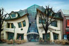 """A Krsywy Domek, ou """"casa torta"""", fica em Sopot, estação balneária do norte da Polônia, e foi construída em 2004. O prédio parece refletido em um espelho que deforma as imagens, tem cerca de 4 mil metros quadrados e faz parte de um shopping center"""