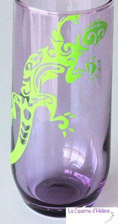 Un verre personnalisé avec un lézard